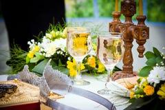 Hochzeitskronen, Bibel und Weingläser Lizenzfreies Stockbild
