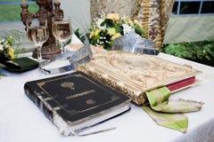 Hochzeitskronen, Bibel und Weingläser Stockbilder