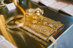 Hochzeitskronen und -bibel Lizenzfreies Stockfoto