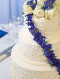 Hochzeitskuchen-Blau Delphiniums Stockbild