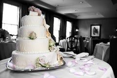 Hochzeitskuchen in Mischfarbe und Schwarzweiss lizenzfreie stockfotos