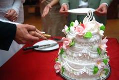 Hochzeitskuchen mit Besen und Braut Lizenzfreie Stockfotos