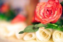 Hochzeitskuchen mit der weißen Schokolade rosafarben und den Spiralen Lizenzfreie Stockfotos