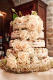 Hochzeitskuchen mit Rosen Stockfotografie