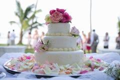 Hochzeitskuchen mit Rosen Stockfotos