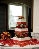 Hochzeitskuchen und -blumenstrauß Stockbilder