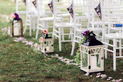Hochzeitslaterne mit Kerze verzierte Blume Stockfoto