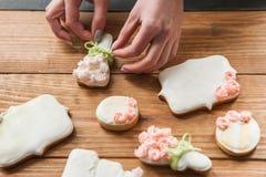 Hochzeitslebkuchen verziert mit Band vom Bäcker lizenzfreie stockfotos