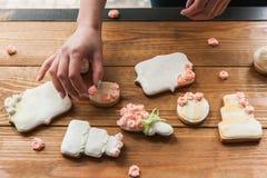 Hochzeitslebkuchen verziert mit Rosen vom Bäcker lizenzfreie stockfotos