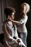 Hochzeitsmaskenbildner, der eine Wieder gutmachung Braut macht lizenzfreie stockfotos
