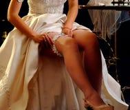 Hochzeitsnacht, die Strumpfband vorbereitet Brautausziehen Lizenzfreie Stockfotografie