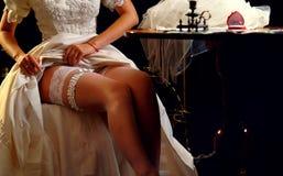 Hochzeitsnacht, die Strumpfband vorbereitet Brautausziehen lizenzfreies stockfoto