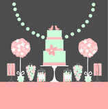 Hochzeitsnachtischstange mit Kuchen und Blumen Stockbilder