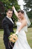 Hochzeitspaaranstieg bewaffnet zusammen Stockfotografie