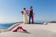 Hochzeitspaare auf dem Dach stockfotografie