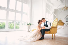 Hochzeitspaare auf dem Studio Glückliche Paare in der Weinlesekleidung Glückliche junge Braut und Bräutigam an ihrem Hochzeitstag Lizenzfreie Stockfotos