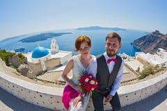 Hochzeitspaare auf Santorini, Griechenland Stockfotos