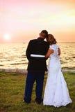 Hochzeitspaare bei Sonnenuntergang Lizenzfreies Stockbild