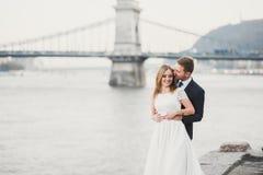 Hochzeitspaare, Br?utigam und Braut, die, naher Fluss im Freien umarmen stockfoto