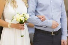 Hochzeitspaare - Braut mit Hochzeitsblumenstrauß und Bräutigam Stockfotografie