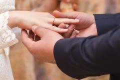 Hochzeitspaare - Braut und Bräutigam - tragende Eheringe miteinander Lizenzfreies Stockbild