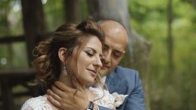 Hochzeitspaare in der Liebe, die zart in einem Wald-` s Haus umarmt stock video footage