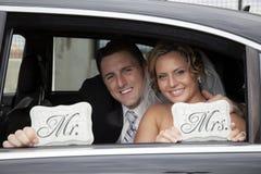 Hochzeitspaare in der Limousine Stockbilder
