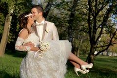 Hochzeitspaare in der Natur Stockbild