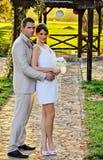 Hochzeitspaare in der Natur Lizenzfreie Stockfotos