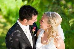 Hochzeitspaare in der romantischen Einstellung Lizenzfreies Stockfoto
