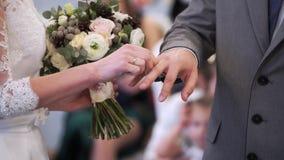 Hochzeitspaare, die Ringe an der Zeremonie austauschen stock video footage
