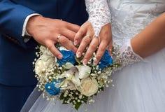 Hochzeitspaare, die Ringe zeigen Lizenzfreie Stockfotos