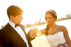 Hochzeitspaare, die Verlobungsring betrachten Stockfoto
