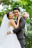 Hochzeitspaare draußen Stockfoto