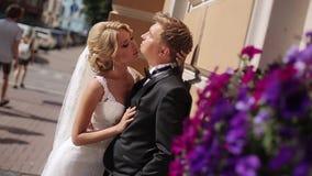 Hochzeitspaare in einer Stadt stock video