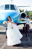 Hochzeitspaare fliegen auf Flitterwochen Stockfotos