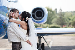 Hochzeitspaare fliegen auf Flitterwochen Lizenzfreie Stockfotos