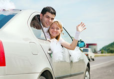 Hochzeitspaare im Auto stockfoto