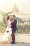 Hochzeitspaare im Freien in der Stadt Th-römisches Forum vatican romanze Lizenzfreies Stockfoto