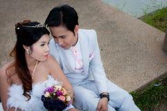 Hochzeitspaare im Park Stockfotografie