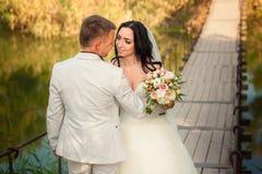 Hochzeitspaare im Park lizenzfreie stockfotos