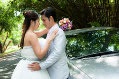 Hochzeitspaare im Park in Thailand Stockbilder