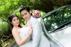 Hochzeitspaare im Park in Thailand Stockbild