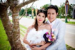 Hochzeitspaare im Park in Thailand Lizenzfreies Stockfoto