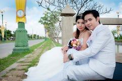 Hochzeitspaare im Park in Thailand Lizenzfreie Stockfotos