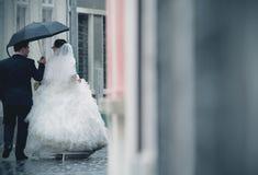 Hochzeitspaare im Regen stockfotografie