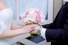 Hochzeitspaare mit Blumenstrauß Lizenzfreie Stockfotos