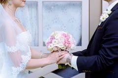 Hochzeitspaare mit Blumenstrauß Stockfotos