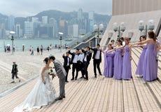 Hochzeitspaare mit Brautjungfer und Freundschaft auf dem berühmten alle stockbilder