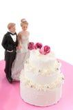 Hochzeitspaare nähern sich dem Hochzeitskuchen Stockfotografie